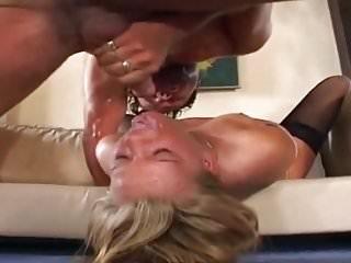 Blonde Silikon Titten Schlampe hart benutzt und zugepisst